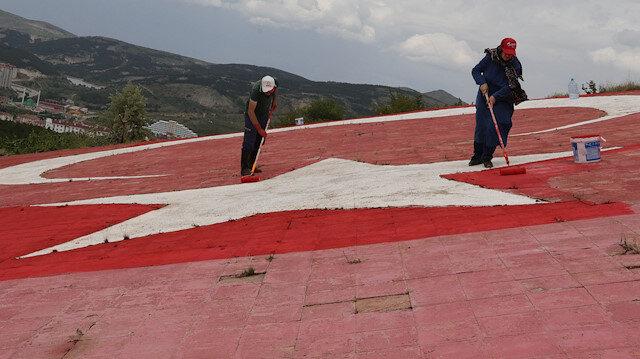 Yozgatlı vatandaş tepenin yamacındaki rengi solan Türk bayrağını boyadı