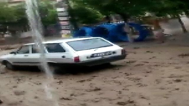 Manisa'da sele kapılan otomobil metrelerce sürüklendi