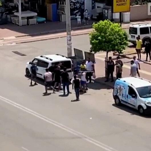 Antalyada cadde ortasında sopalarla birbirine girdiler