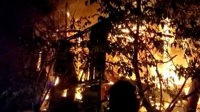 Bolu'da iki katlı ahşap ev alev alev yandı