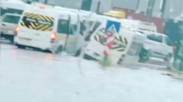 Bursa'da sel: Servis araçları sel sularında mahsur kaldı