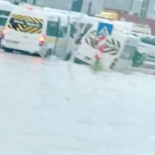 Bursada sel: Servis araçları sel sularında mahsur kaldı