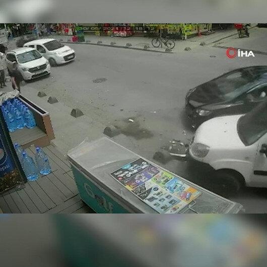 Sultangazide seyir halindeki otomobilin 2 ayrı araca çarptığı anlar güvenlik kamerasında