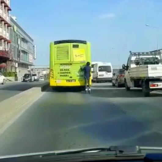 Pendik'te patenli gencin otobüs arkasındaki tehlikeli yolculuğu kamerada