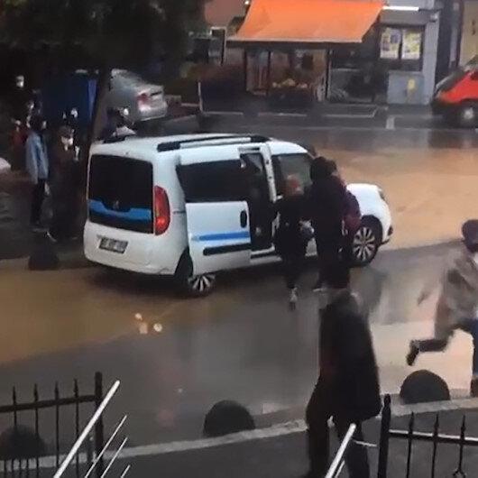 Su birikintisi nedeniyle karşıya geçemeyenlere belediye aracı geçit oldu