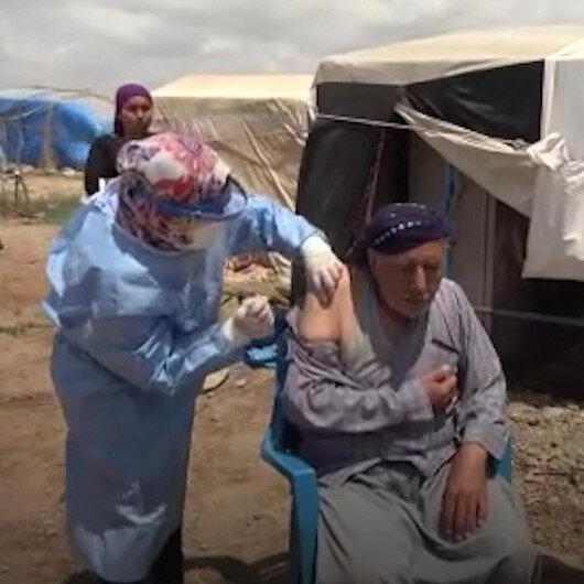Adana'da mevsimlik tarım işçileri kaldıkları çadırlarda aşılanıyor