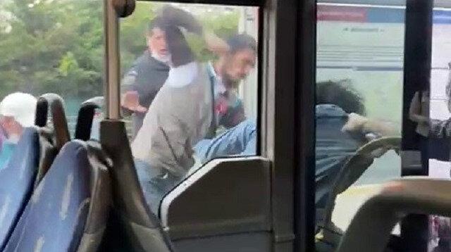 Metrobüste iki grup arasında kavga: Tekmeler ve yumruklar havada uçuştu
