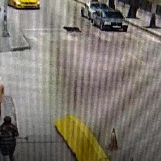Yolun karşısına geçen köpeğin yaya geçidini kullandığı anlar güvenlik kamerasına yansıdı
