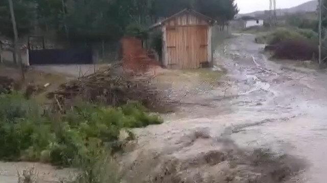 Amasya'da etkili olan sağanak yağış nedeniyle Kumluk Deresi taştı