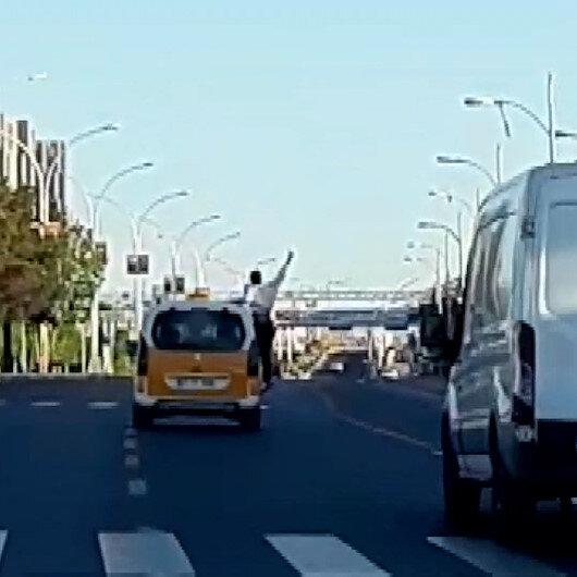 Yolcunun taksinin camından sarkıp tehlikeli hareketler yapması kamerada