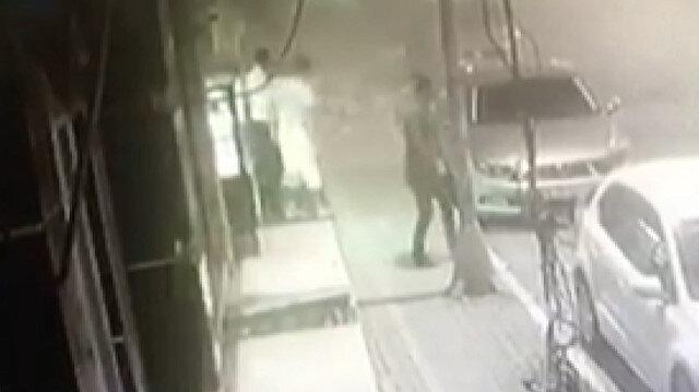 Avcılar'da 42 yıllık binanın balkonunun çökme anı kamerada