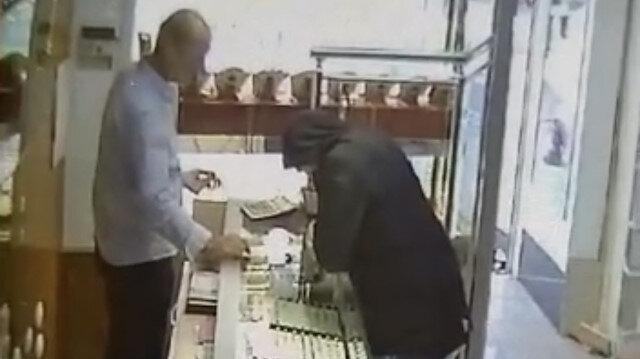 Sultanbeyli'de kuyumcuda biber gazlı hırsızlık kamerada