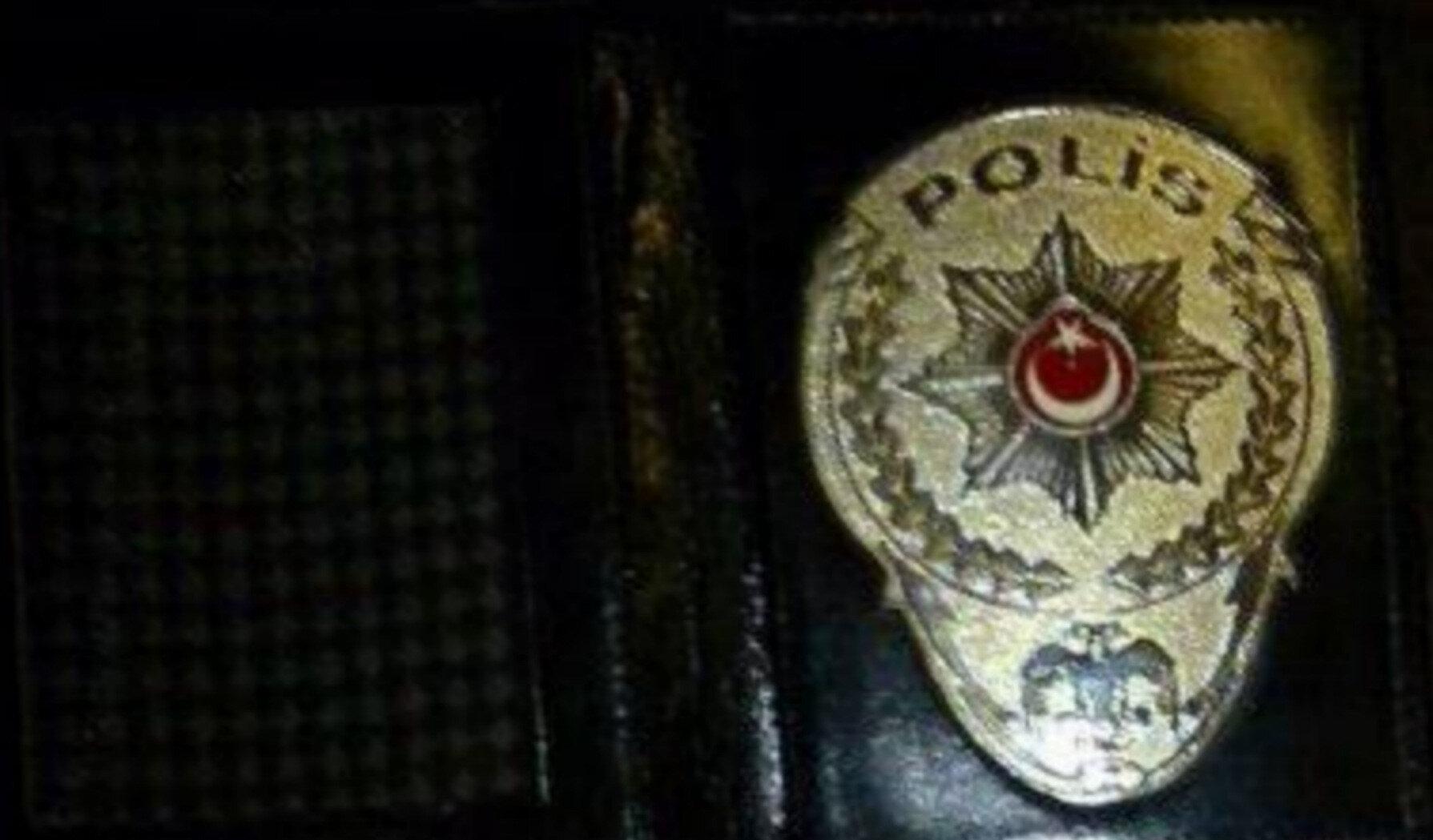 Polisin durdurduğu şüphelinin üst aramasında ruhsatsız tabanca ve polis rozeti ele geçirildi.