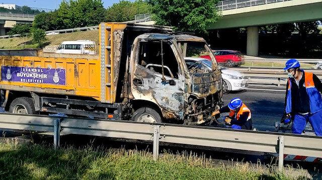 Seyir halindeyken yanan İBB aracı söndürüldü