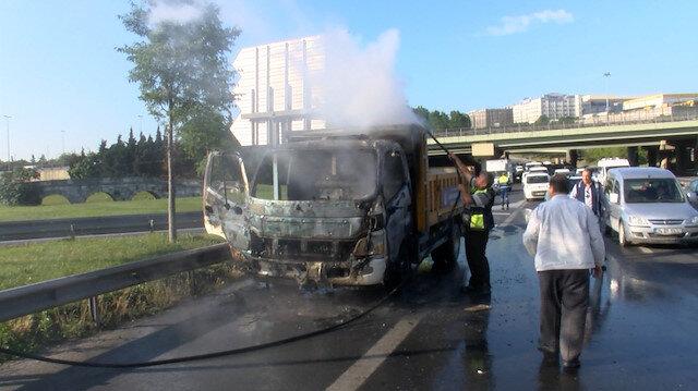 Yanan İBB aracına Bahçelievler Belediyesine ait su tankeri müdahale etti