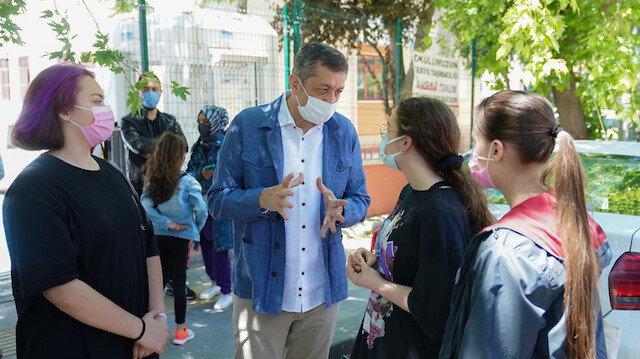 Bakan Selçuk LGS'ye giren öğrenci ve velilerle sohbet etti