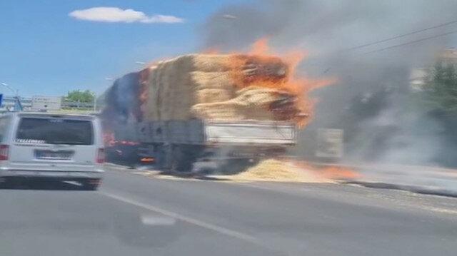 Malatya'da saman yüklü kamyon seyir halinde alev aldı