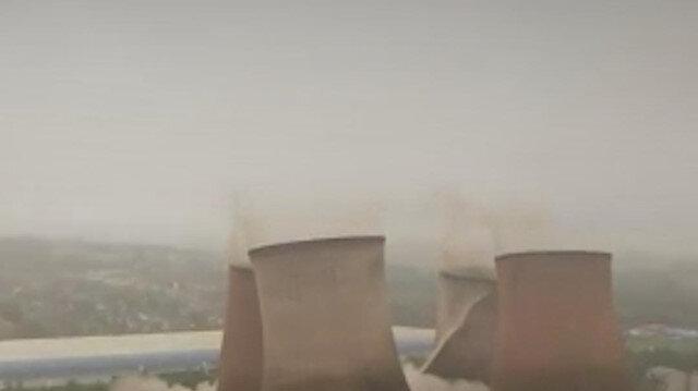 İngiltere'de 117 metre yüksekliğe sahip olan 4 soğutma kulesi kontrollü şekilde yıkıldı