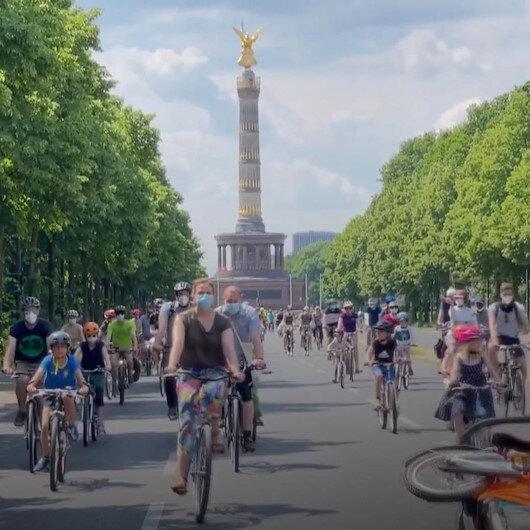 Almanyada vatandaşlar hükümetin ulaşım ve iklim politikalarını bisiklet konvoylarıyla protesto etti