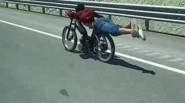 Konya'da motosikletin üstüne yatan sürücünün tehlikeli yolculuğu kamerada