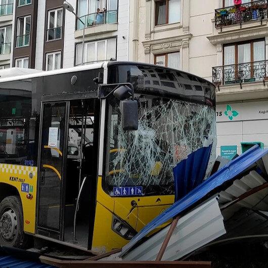 Kağıthanede İETT otobüsü metro inşaatının sac duvarına çarptı