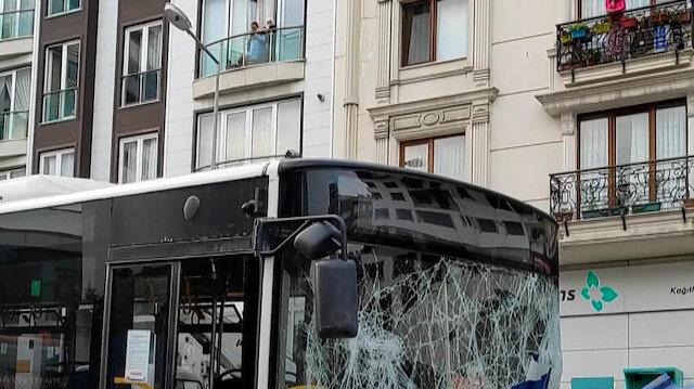 Kağıthane'de İETT otobüsü metro inşaatının sac duvarına çarptı