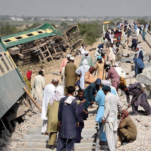 Pakistanda iki yolcu treni çarpıştı: 30 ölü, 50 yaralı