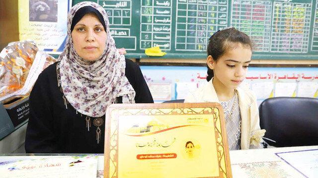 Gazze'de buruk gün: Şehit olan öğrencilerin karnesini anneleri aldı
