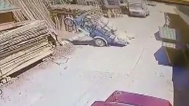Konya'da aşırı yük yüklenen motosiklet şaha kalktı