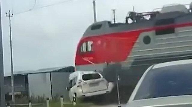 Rusya'da tren otomobili biçti: Dehşet anları kameraya yansıdı