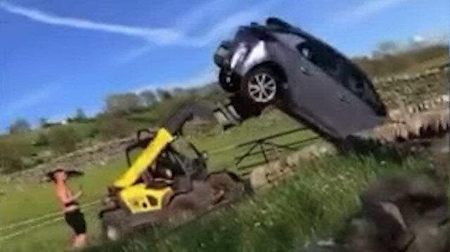 İngiltere'de çiftliğin önüne park edilen aracı iş makinesiyle attı