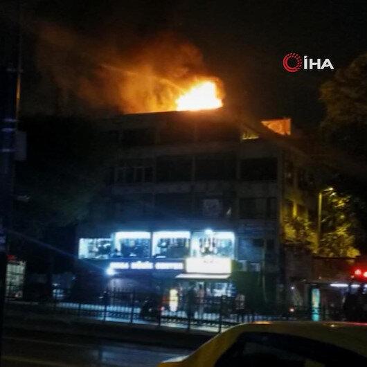 Fatih'te 4 katlı iş yerinin çatısında yangın çıktı