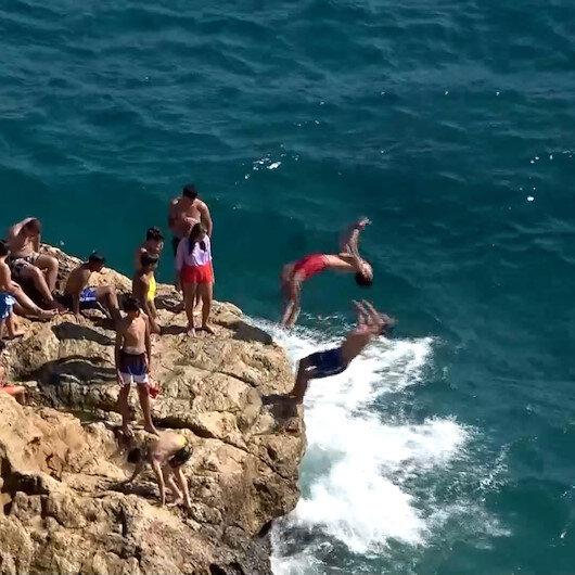 Antalyada gençlerden ölüme davetiye çıkaran ters takla sırası