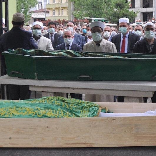 Kars'ta askeri aracın devrildiği kazada hayatını kaybeden 2 kardeş toprağa verildi