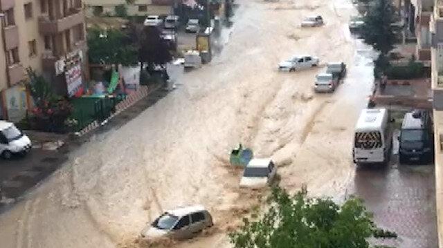 Ankara sele teslim: Yollar göle döndü araçlar mahsur kaldı
