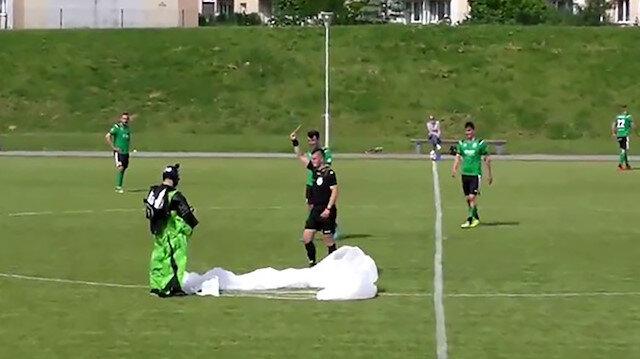 Polonya'da paraşütçü maç sırasında sahaya acil iniş yaptı