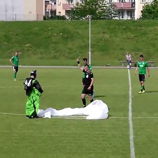 Polonyada paraşütçü maç sırasında sahaya acil iniş yaptı