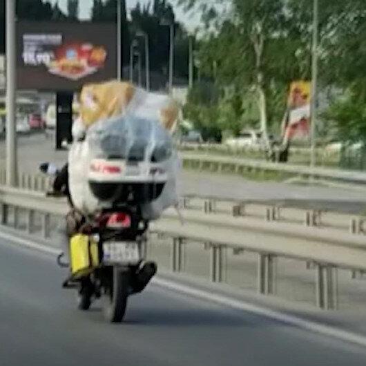 Motosikletine fazla yük alan sürücü hem kendini hem trafiği tehlikeye attı