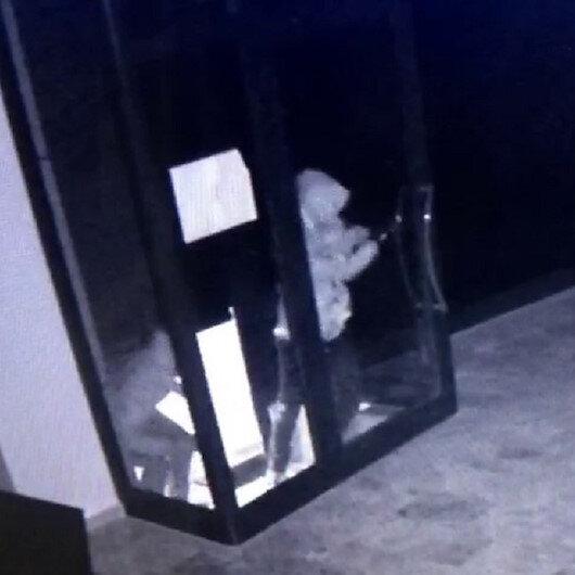 Küçükçekmecede kargo şubesine girmeye çalışan hırsızlar alarmı duyunca böyle kaçtı