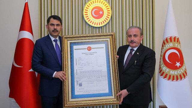 Bakan Kurum TBMM Başkanı Şentop'a Gazi Meclis'in tapusunu teslim etti