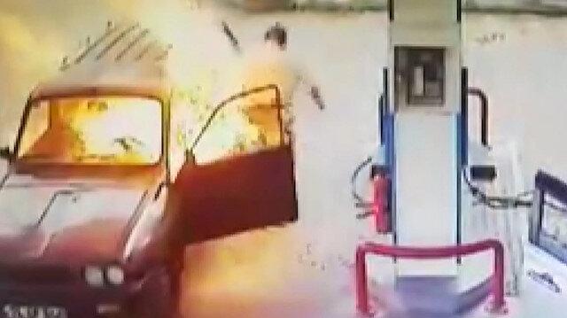 Akaryakıt istasyonunda alev alan otomobilin sürücüsü canını zor kurtardı