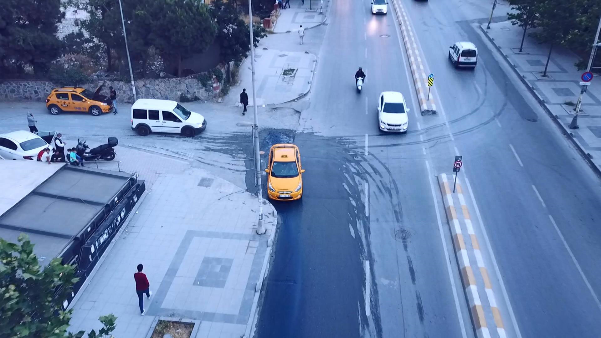 Dakikalarca akan su, caddeyi baştan aşağı maviye boyadı.