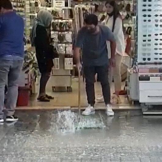 İzmirde etkili olan sağanak dükkanlarda su baskınına neden oldu