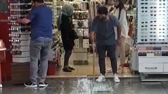 İzmir'de etkili olan sağanak dükkanlarda su baskınına neden oldu