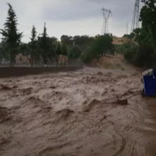 Aydında sağanak yağış sonrası sokaklar çamurla doldu