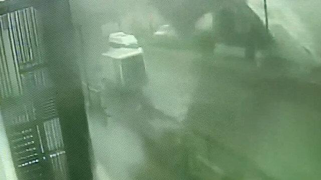 Bingöl'de binanın çatısının kağıt gibi savrulma anı kamerada