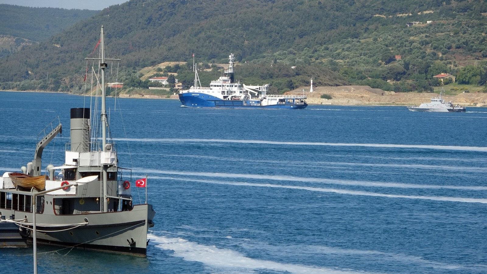 Türk Sahil Güvenlik botu, Rus savaş gemilerinin boğazı geçişine refakat etti.
