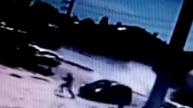 TIR'a çarpmamak için manevra yapan araç vatandaşa çarpıyordu