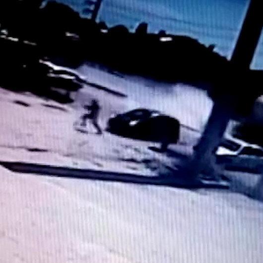 TIRa çarpmamak için manevra yapan araç vatandaşa çarpıyordu