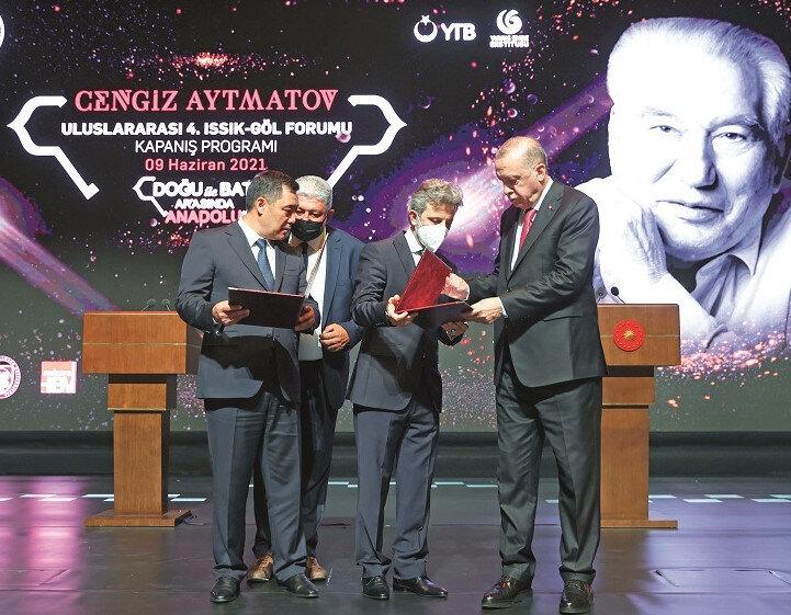 Cumhurbaşkanı Erdoğan ve Kırgız Cumhuriyeti Cumhurbaşkanı Sadır Caparov, Beştepe'de gerçekleştirilen Cengiz Aytmatov Uluslararası 4. Issık-Göl Forumu kapanış programına katıldı.